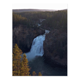 Pasos en cauce del río tarjeta postal