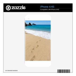 Pasos en la playa arenosa que lleva al mar azul calcomanía para el iPhone 4