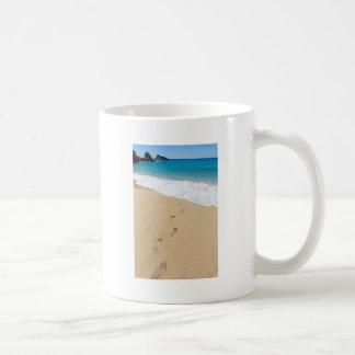 Pasos en la playa arenosa que lleva al mar azul taza clásica