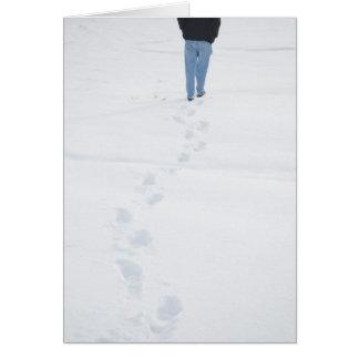 Pasos en nueva tarjeta del invierno de la nieve