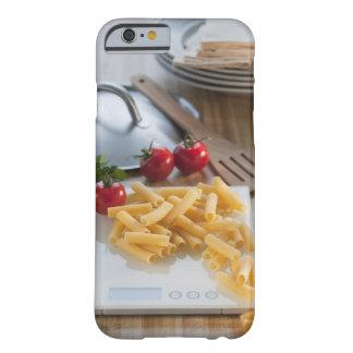 Pastas crudas en escala del peso funda de iPhone 6 barely there