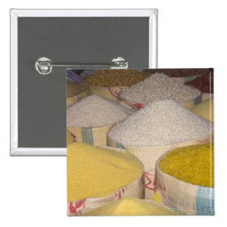 Pastas, grano y arroz en sacos en el souk adentro pin cuadrado