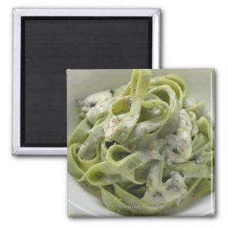 Pastas verdes de la cinta con la salsa de Queso Imán Cuadrado