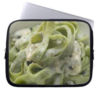 Pastas verdes de la cinta con la salsa de Queso Mangas Portátiles