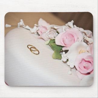 Pastel de bodas con las bandas alfombrilla de ratones