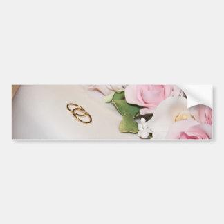 Pastel de bodas con las bandas pegatina de parachoque