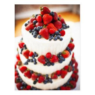 Pastel de bodas con las frutas tarjetas postales