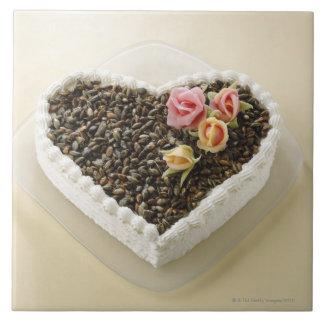 Pastel de bodas de la forma del corazón con la flo azulejo cuadrado grande