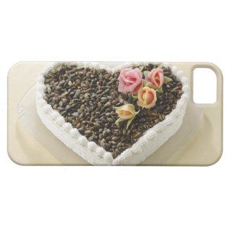 Pastel de bodas de la forma del corazón con la flo iPhone 5 Case-Mate carcasa