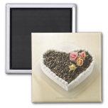 Pastel de bodas de la forma del corazón con la flo iman de nevera