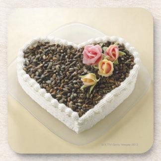 Pastel de bodas de la forma del corazón con la flo posavasos de bebidas