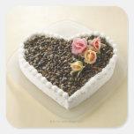Pastel de bodas de la forma del corazón con la calcomanías cuadradases