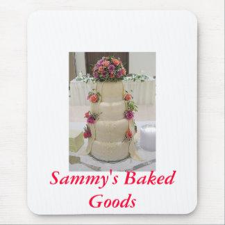 Pastel de bodas de lujo con las flores frescas, tapetes de raton