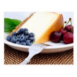 Pastel de queso con la fruta postales