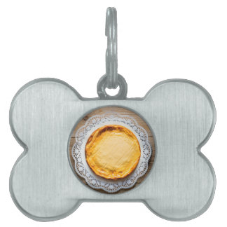 Pastel de queso en tapa de madera rústica de la placas de mascota