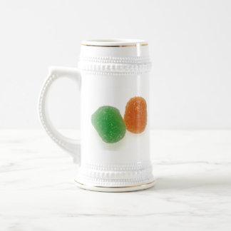 Pastillas de goma anaranjadas y verdes jarra de cerveza