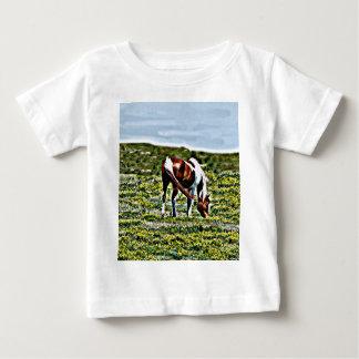 Pasto del caballo de la pintura con las flores playera de bebé
