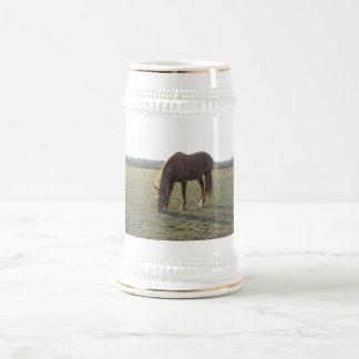 Pasto del caballo del color de la castaña jarra de cerveza