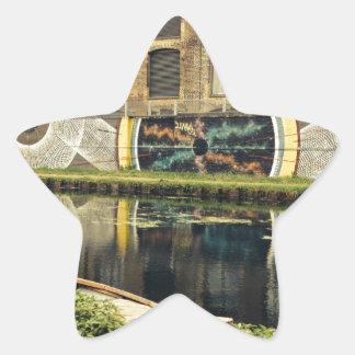 Pasto del río del lado del canal de la cervecería pegatina en forma de estrella