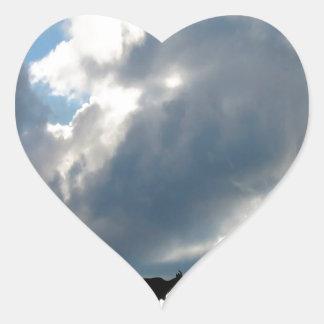 Pasto nublado del cielo pegatina en forma de corazón