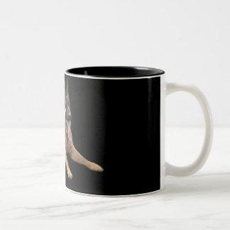 Pastor alemán en la taza negra