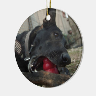 Pastor alemán que juega con el juguete del perro ornaments para arbol de navidad