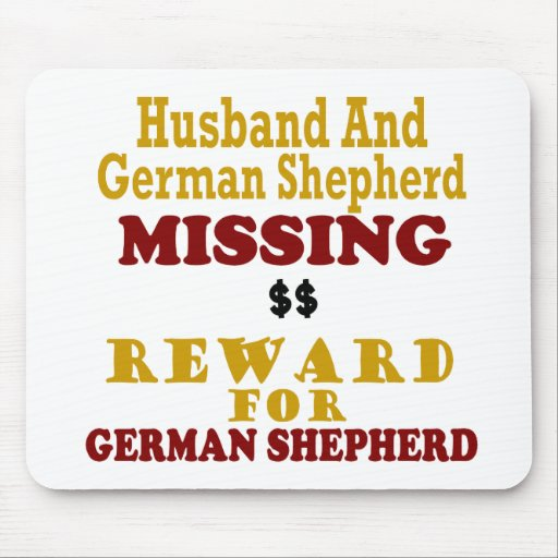 Pastor alemán y recompensa que falta del marido po tapete de ratones
