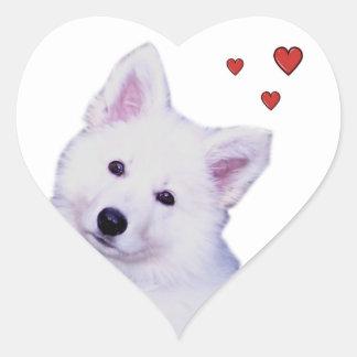 Pastor del blanco del perrito pegatina en forma de corazón