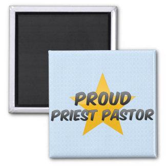 Pastor orgulloso del sacerdote imán para frigorífico