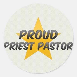Pastor orgulloso del sacerdote etiquetas redondas