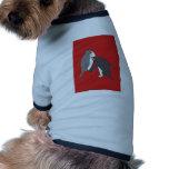 Pastos rojos y brillantes ropa de perros