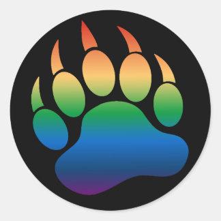 Pata de oso gay de la bandera del arco iris de la pegatina redonda