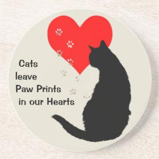 Pata-impresiones de la licencia de los gatos en nu posavasos para bebidas