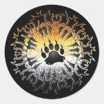 Pata tribal del orgullo del oso pegatina redonda