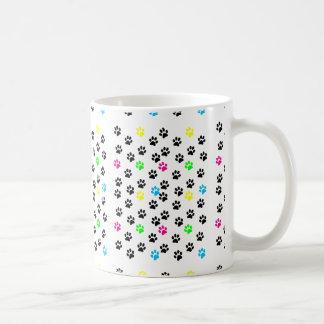 Patas coloridas al azar 001 del gato taza básica blanca