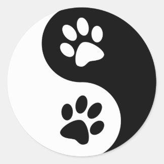 Patas del perro de Yin Yang Etiquetas Redondas
