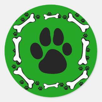 Patas del perro y huesos de perro pegatina redonda