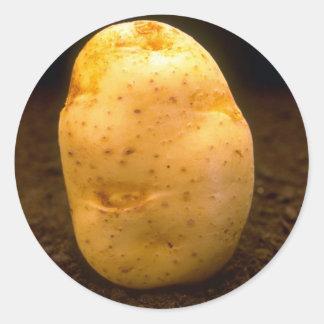 Patata en la suciedad pegatina redonda