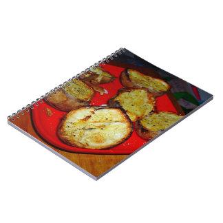 Patatas cocidas en la placa plástica roja libretas