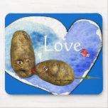 Patatas divertidas en el corazón Mousepads del amo