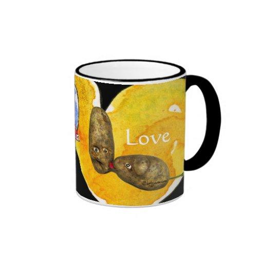 Patatas divertidas en tazas del amor/del corazón