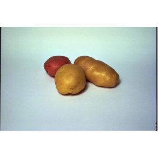 Patatas en el fondo blanco fotoescultura vertical