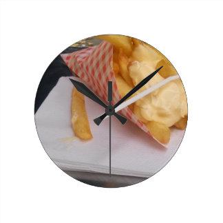 Patatas fritas con mayonesa reloj redondo mediano