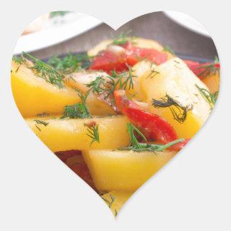 Patatas guisadas con el primer del paprika pegatina en forma de corazón