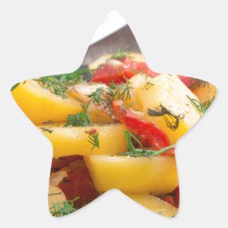 Patatas guisadas con el primer del paprika pegatina en forma de estrella