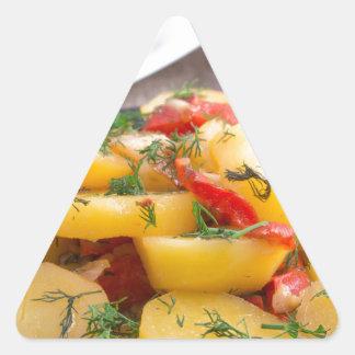 Patatas guisadas con el primer del paprika pegatina triangular