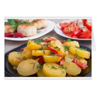 Patatas guisadas con el primer del paprika tarjeta de felicitación