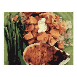 Patatas hechas en casa calientes y habas verdes postal