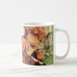 Patatas hechas en casa calientes y habas verdes taza de café