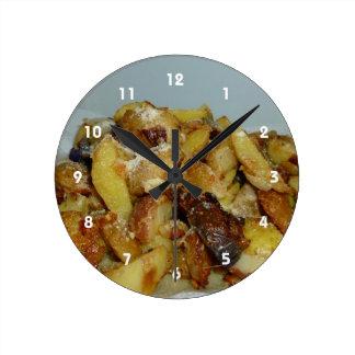 patatas y cebollas fritas con el queso 2 reloj redondo mediano